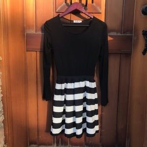 Dresses & Skirts - Pleated Black and White Long-Sleeve Dress
